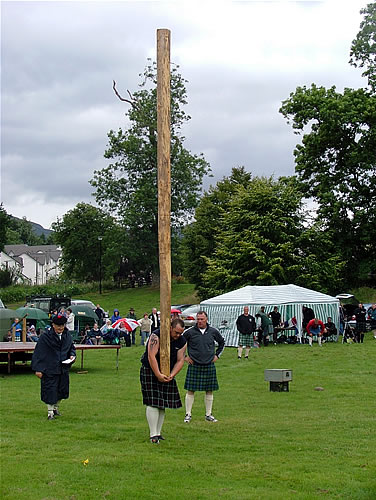 Killin's Stuart Anderson tossing the caber